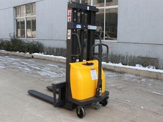冬季使用半电堆高车时应注意哪些事项?