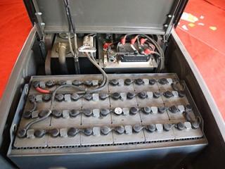 为什么小型电动叉车蓄电池要加蒸馏水?