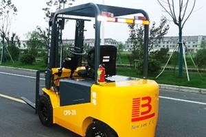 江苏电动叉车厂家分享挑选电动液压叉车的几点注意事项
